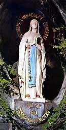 La Virgen de Lourdes en la gruta, lugar de las apariciones]